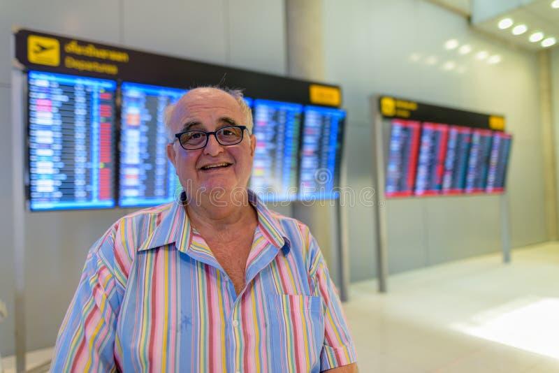 Homme de touristes supérieur de poids excessif lounging autour l'aéroport de l'interdiction images libres de droits