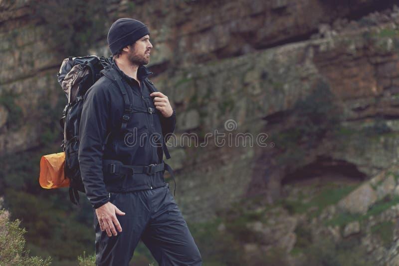 Homme de trekking de montagne photos libres de droits
