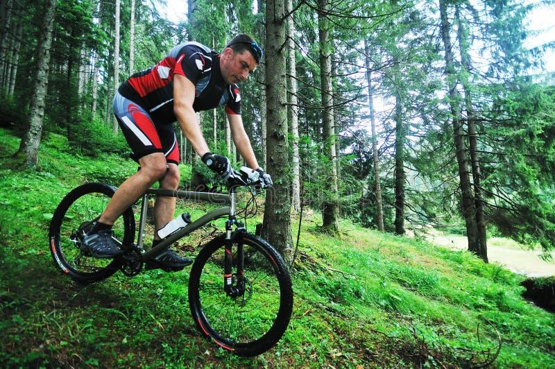 Homme de vélo de support extérieur photos stock