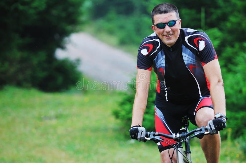 Homme de vélo de support extérieur photographie stock libre de droits