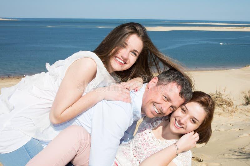 Homme de vacances d'amis et fille deux dans des vacances de plage d'été photographie stock