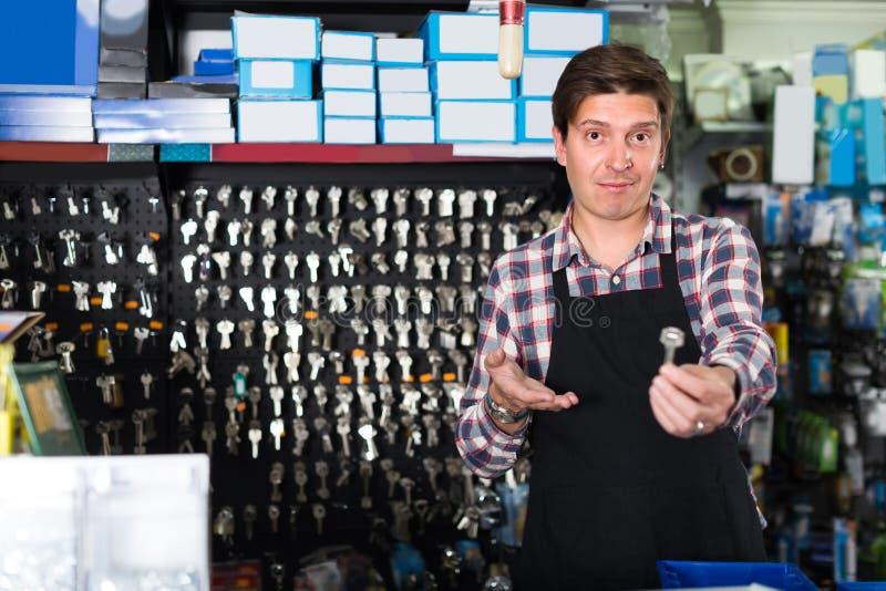 Homme de vendeur de portrait qui est vendant et fabriquant des clés photo libre de droits