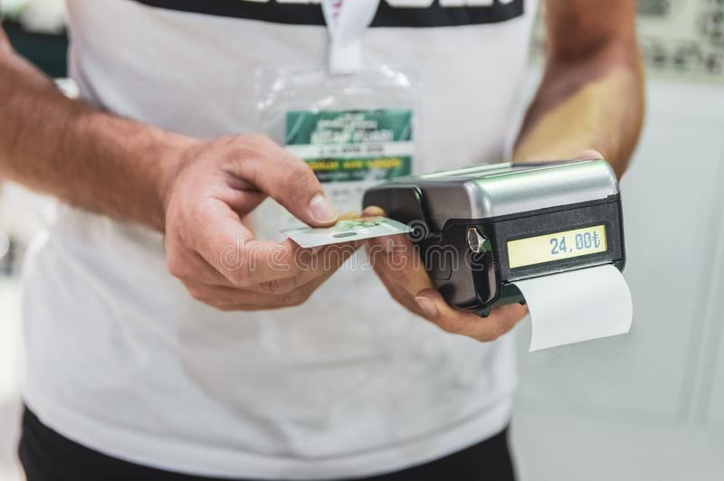 Homme de vendeur employant près de la technologie de la communication de champ (NFC) photos libres de droits