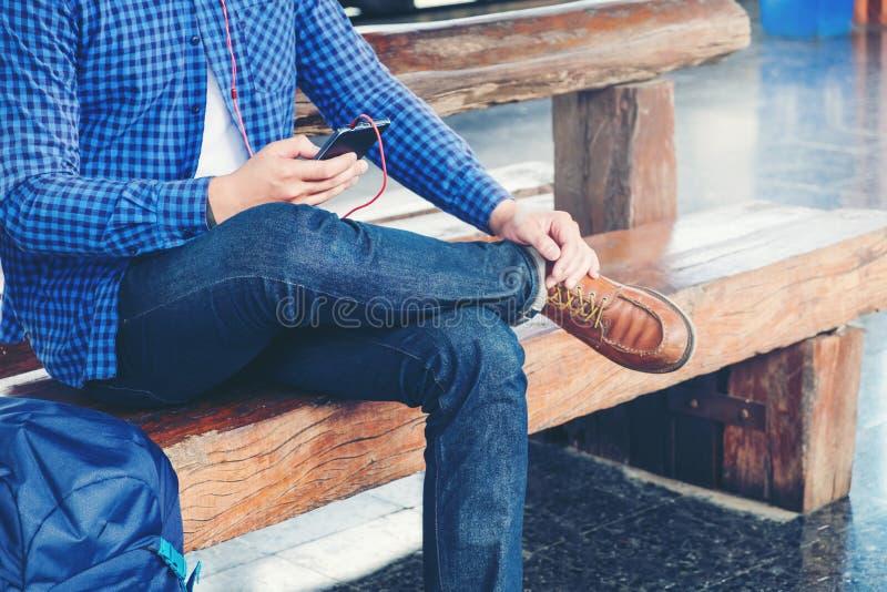 Homme de voyage à l'aide du téléphone portable à la station de train images libres de droits