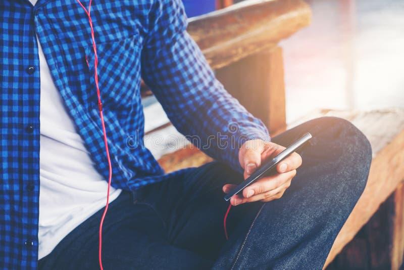 Homme de voyageur à l'aide du train de attente de comprimé et d'écouteur sur photo libre de droits
