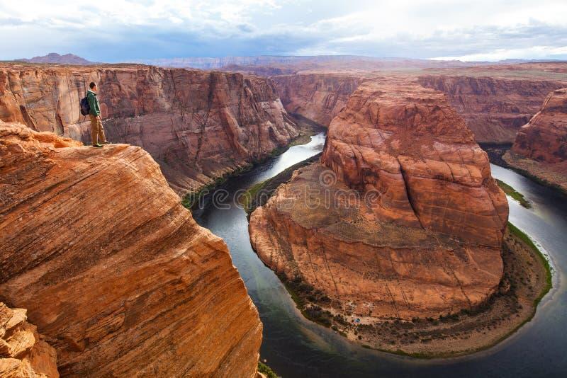 Homme de voyageur sur le fond de la courbure en fer à cheval de canyon, Arizona, Etats-Unis Concept de voyage, vue scénique images libres de droits