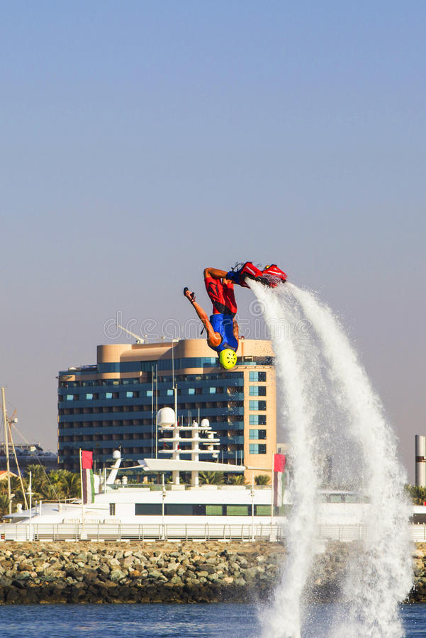 Homme de vue de fond sur le flayborde faisant le cascade extrême avec un coup aux concours sur des genres extrêmes de sports photos libres de droits