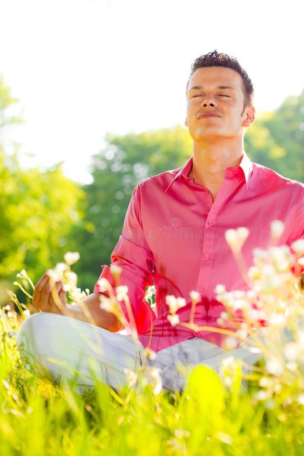 Homme de yoga de nature photos libres de droits