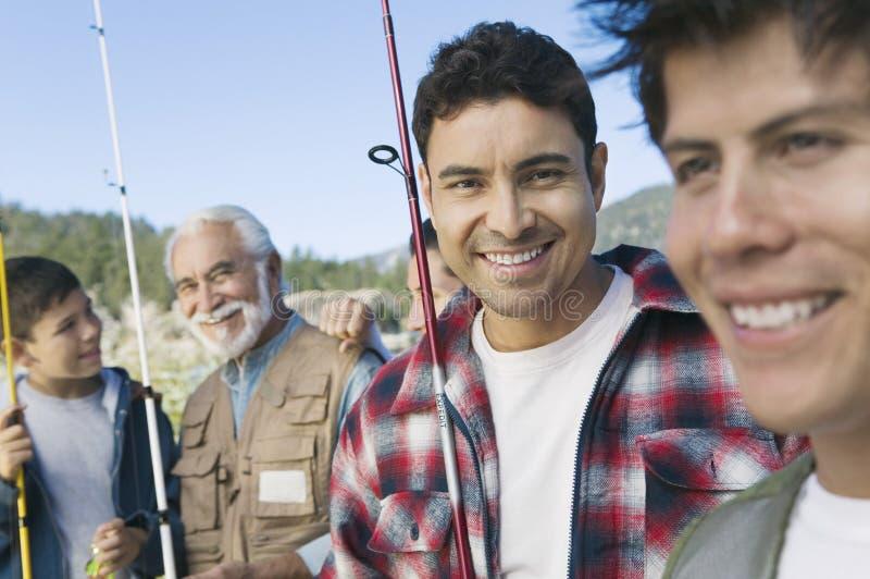 Homme dehors avec la famille pour la pêche photo stock