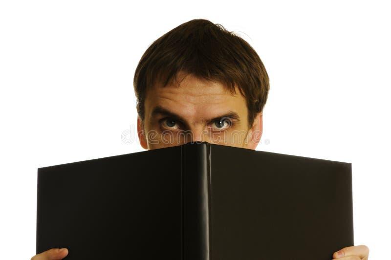 Homme derrière le livre ouvert image libre de droits