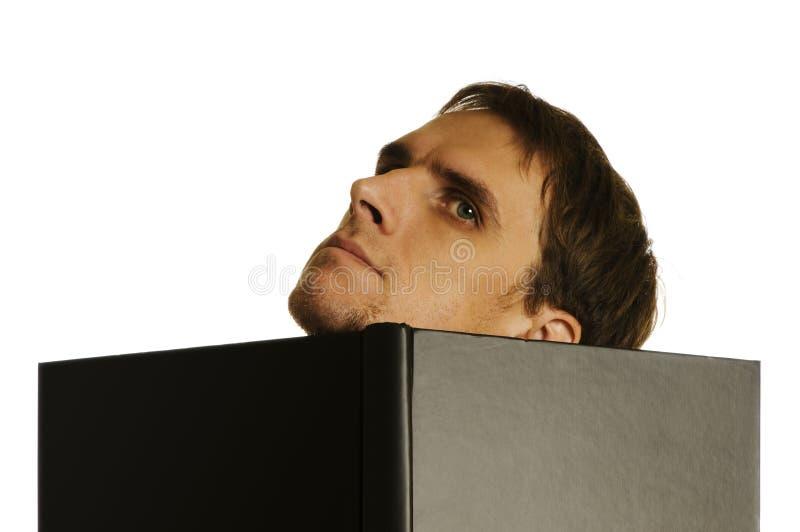 Homme derrière le livre ouvert photos stock
