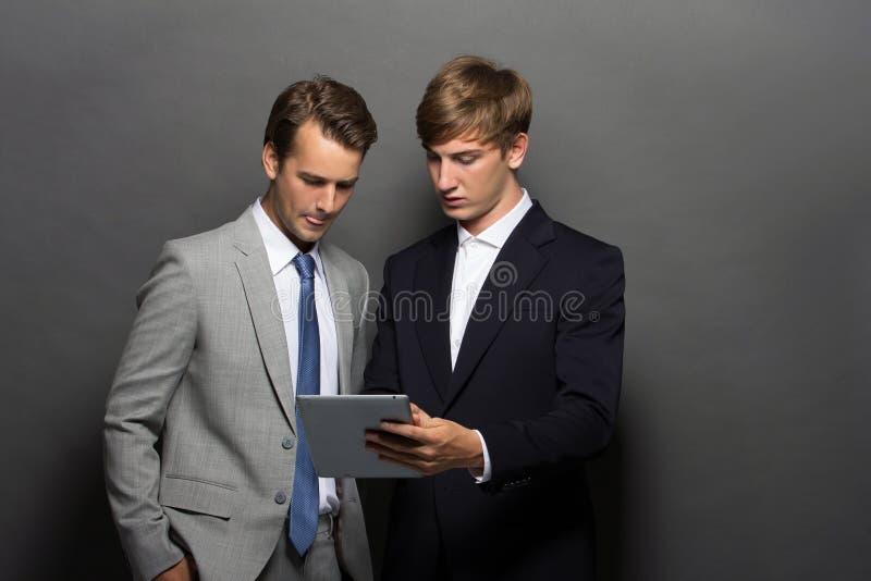 Homme des affaires deux avec le comprimé photo stock