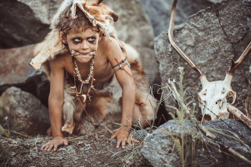 Homme des cavernes, garçon viril chassant dehors Portrait antique de guerrier photographie stock