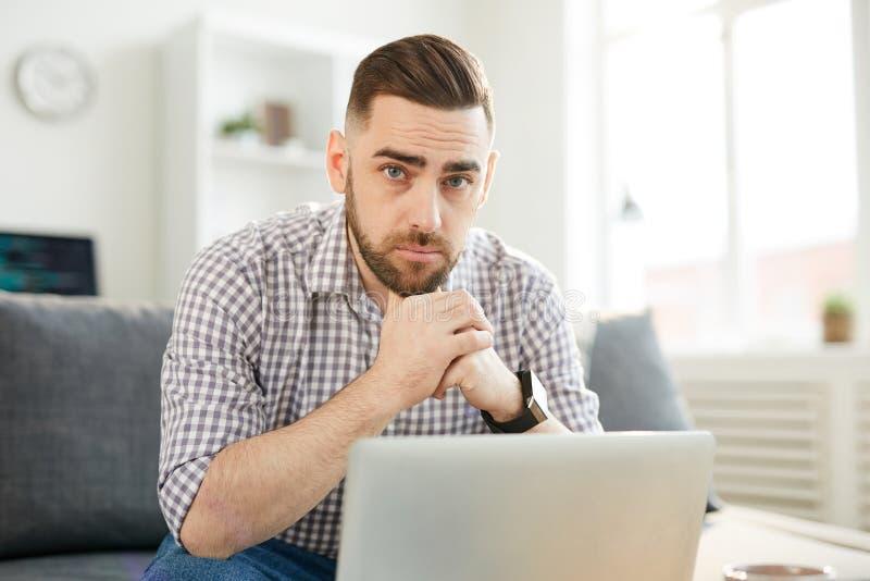 Homme devant l'ordinateur portatif image libre de droits