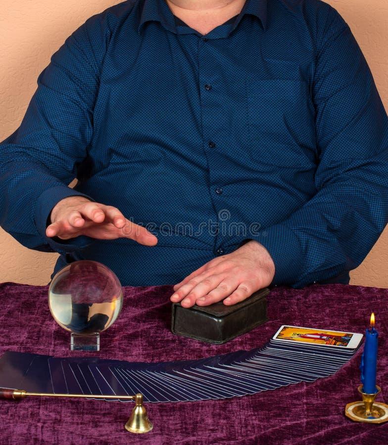 Homme devinant sur des cartes de tarot photographie stock