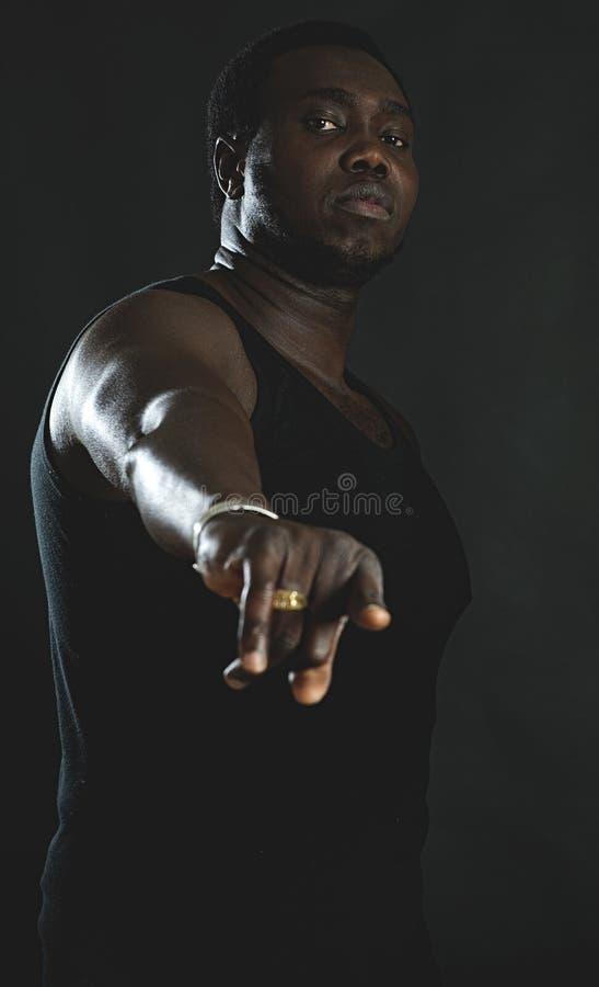 Homme dirigeant le doigt à l'appareil-photo photographie stock libre de droits