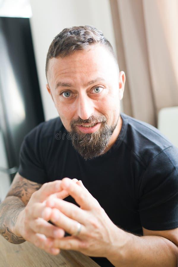 Homme discutant avec émotion à la caméra photo libre de droits