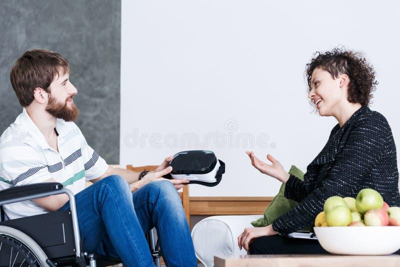 Homme discutant VR pendant la thérapie images stock