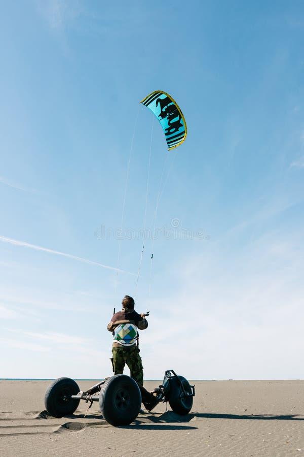 Homme disposant à monter cerf--avec des erreurs sur la plage photos stock