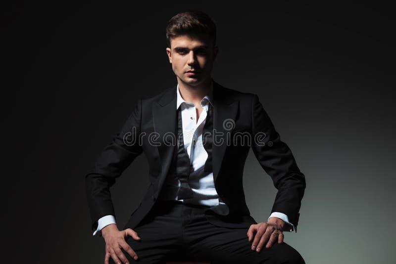 Homme dominant dans le smoking avec le collier ouvert et le bowtie défait photographie stock