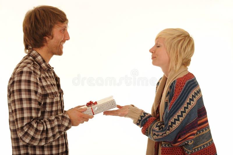 Homme donnant l'amie présente images libres de droits
