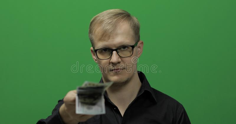 Homme donnant la monnaie fiduciaire pour une affaire importante Argent liquide d'argent, concept de paiement images stock