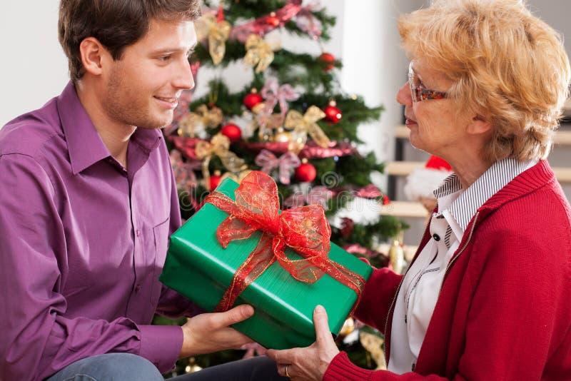 homme donnant le présent photos stock