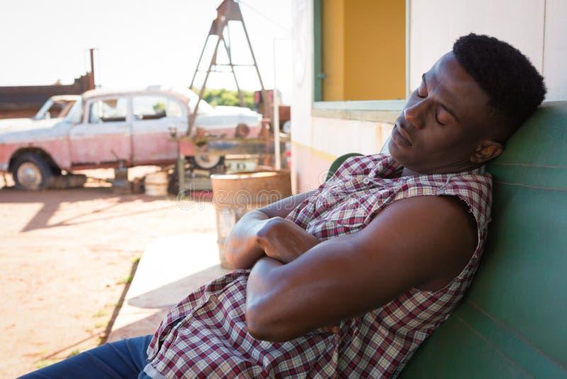 Homme dormant à la station de pompe à essence photo libre de droits