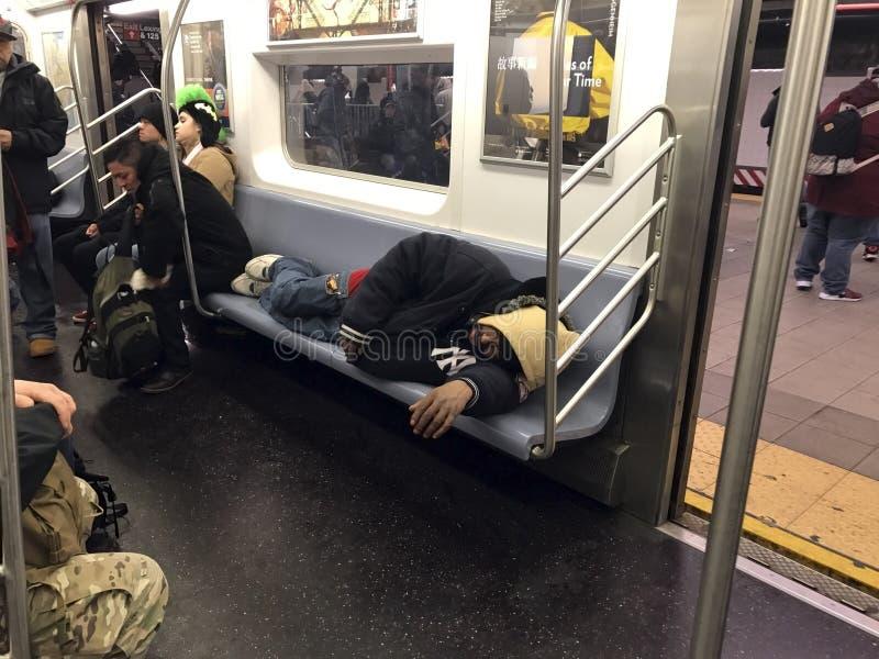 Homme dormant sur le métro de NYC image libre de droits