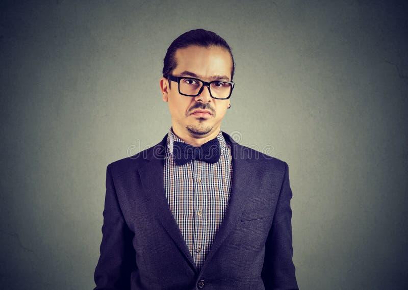 Homme douteux dans les lunettes et le costume image stock