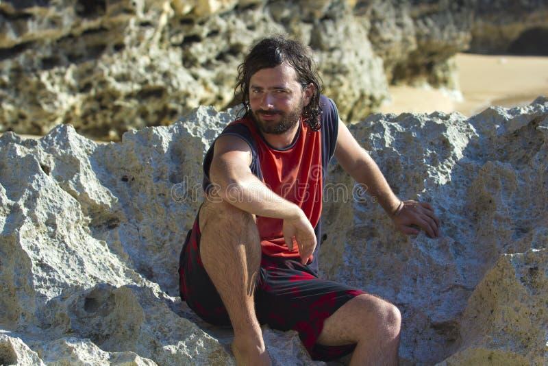 Homme drôle de visage à la plage photo libre de droits