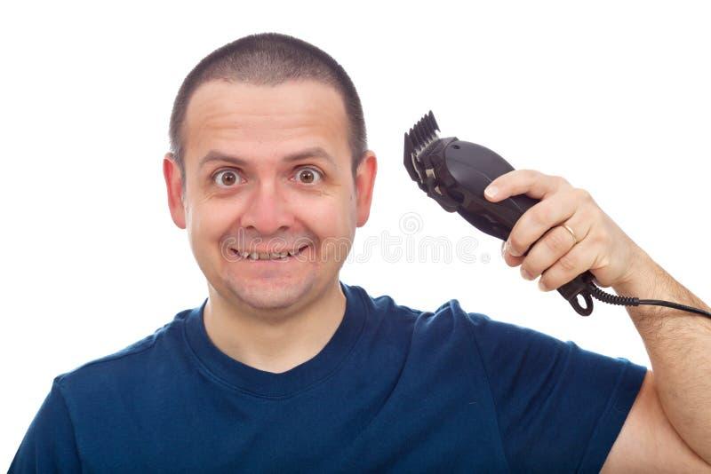 Homme drôle avec le trimmer de cheveux image stock