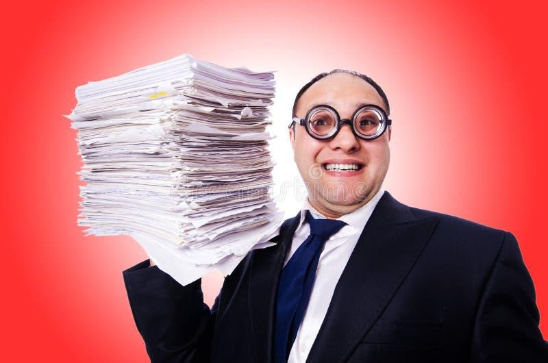 Homme drôle avec un bon nombre de dossiers images stock