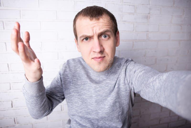 Homme drôle prenant la photo de selfie ou enregistrant la nouvelle vidéo pour son b photo libre de droits