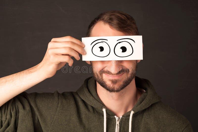 Homme drôle regardant avec les yeux de papier tirés par la main photo libre de droits
