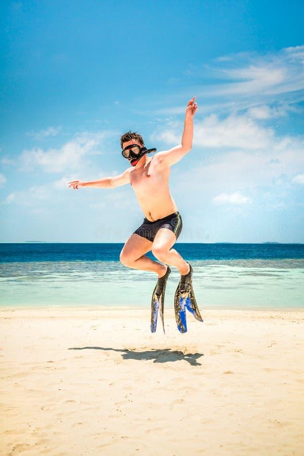 Homme drôle sautant dans les nageoires et le masque. photo stock