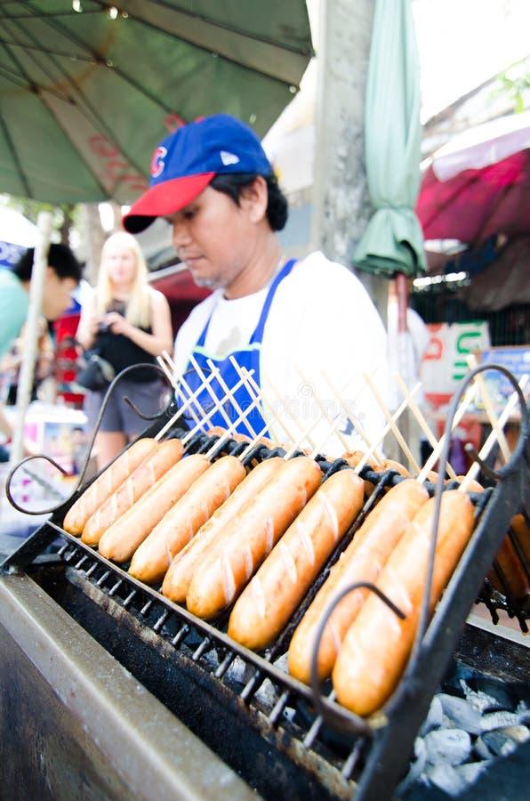 Homme du marché vendant la boulette de viande. photo stock
