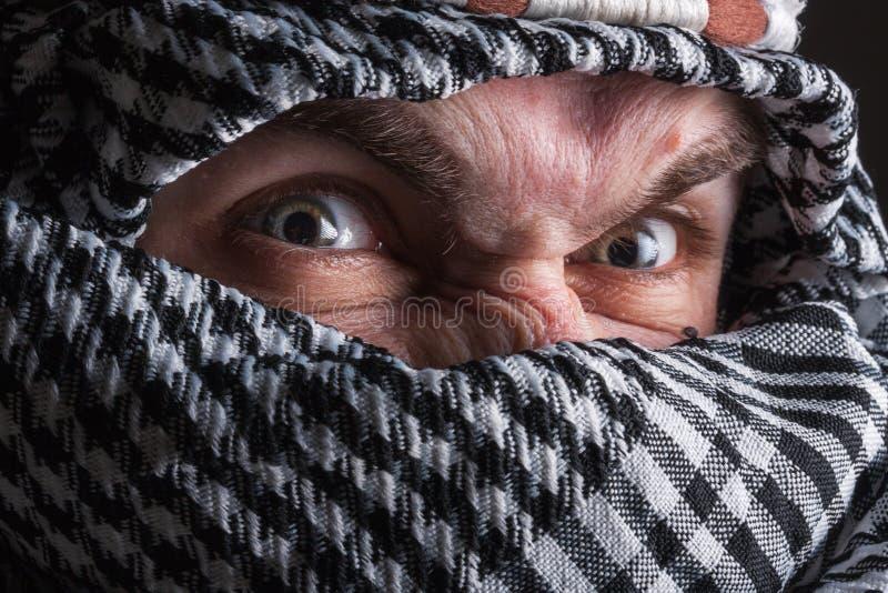 Homme du Moyen-Orient sérieux regardant à vous images stock