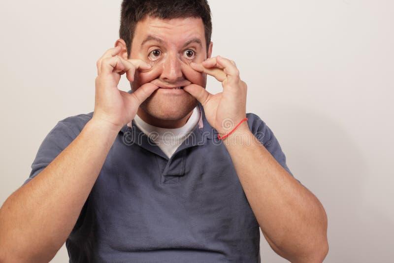 Homme effectuant de visage étrange image libre de droits