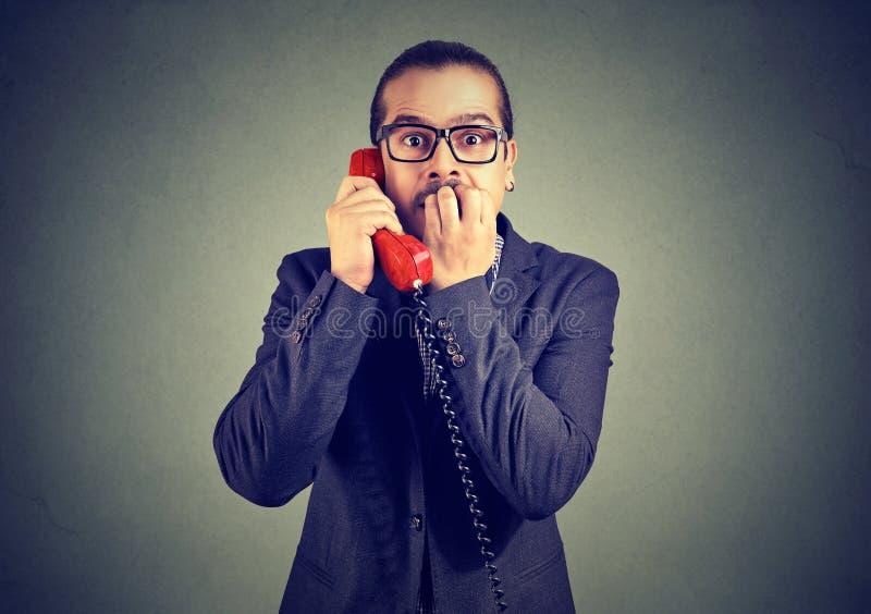 Homme effrayé ayant l'appel téléphonique image libre de droits