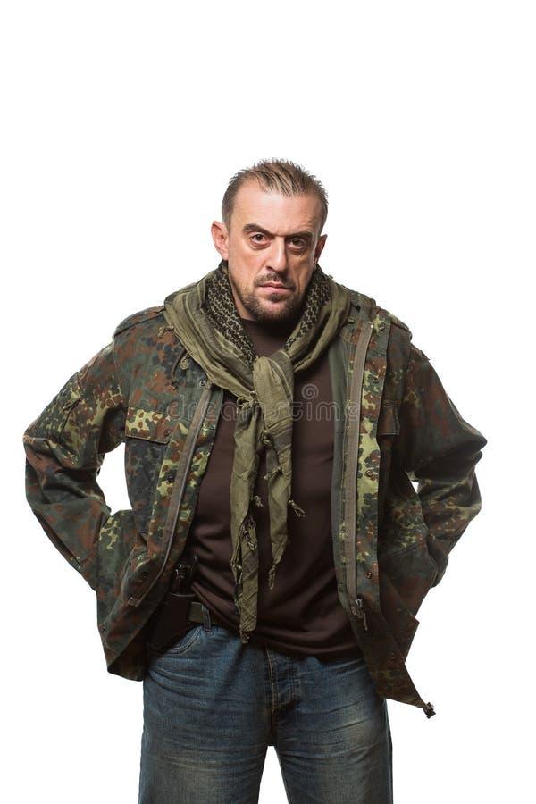 Homme effrayant adulte dans une veste de camouflage a photographie stock