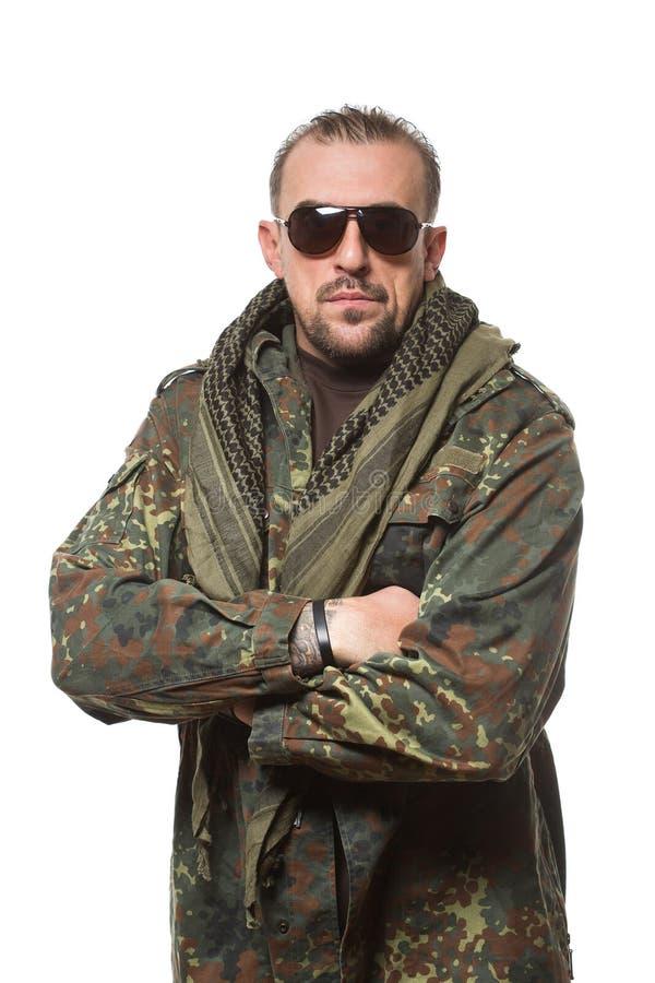 Homme effrayant adulte dans une veste de camouflage a photo stock