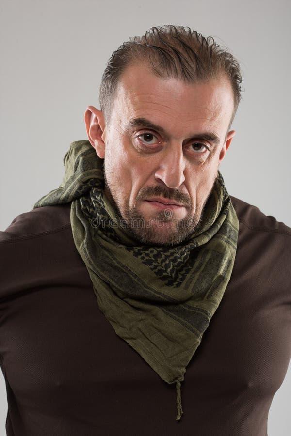 Homme effrayant adulte dans une veste de camouflage une personne dangereuse photo libre de droits