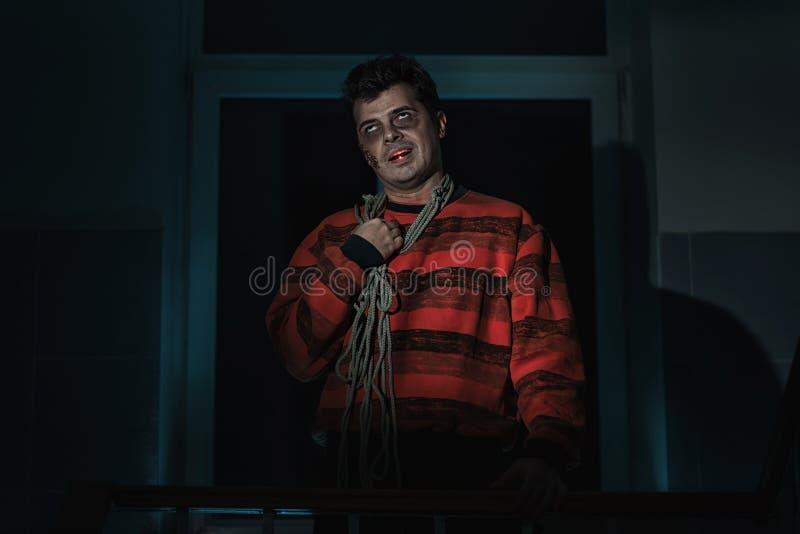 Homme effrayant avec un couteau photographie stock