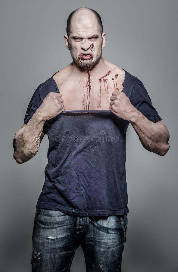 Homme effrayant et ensanglanté de zombi images libres de droits
