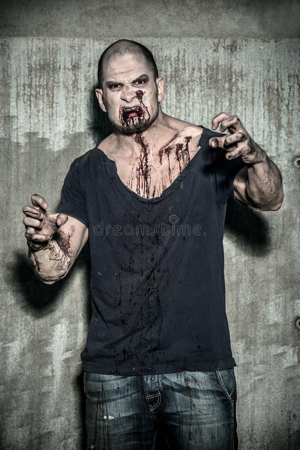 Homme effrayant et ensanglanté de zombi photo stock