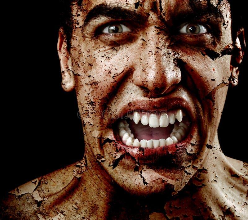 Homme effrayant fantasmagorique avec la peau criquée âgée d'écaillement images libres de droits