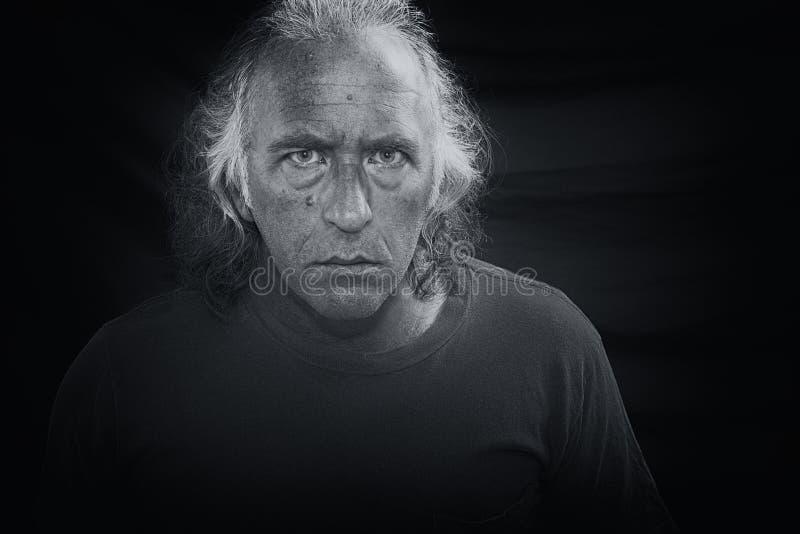 Homme effrayant regardant fixement le visualisateur photographie stock