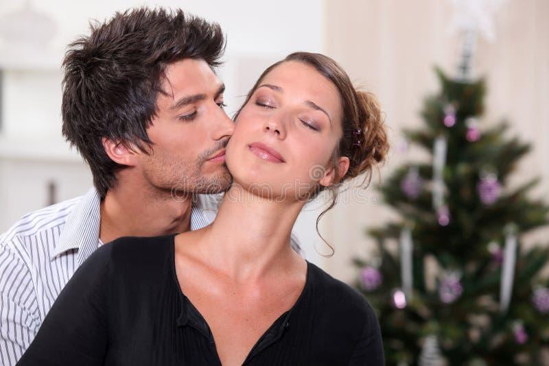 Homme embrassant son associé images stock