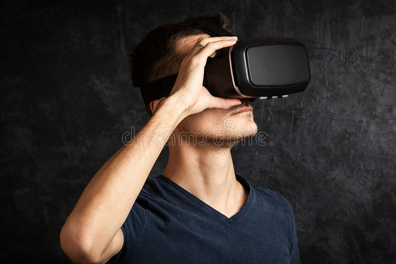 Homme employant des lunettes de VR images libres de droits